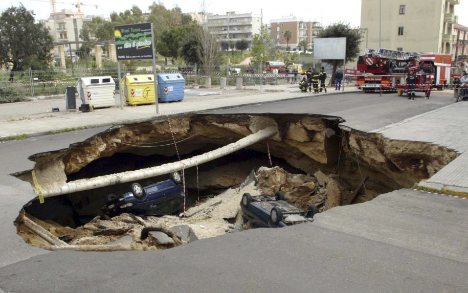 in-march-2007-a-road-collapsed-into-an-underground-cave-system-in-the-southern-italian-town-of-gallipoli