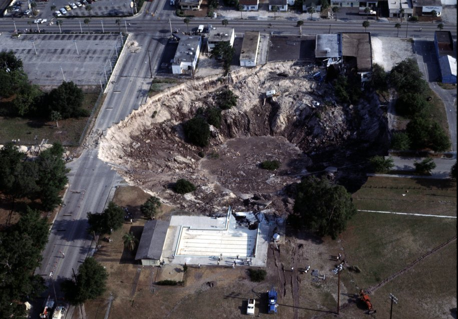in-may-1981-a-gigantic-sinkhole-developed-over-the-course-of-a-day-in-winter-park-florida-the-city-stabilized-and-sealed-the-area-converting-it-into-an-urban-lake
